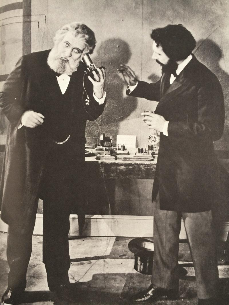 FIGURA 3. Bell mostrAndo el teléFono A dom pedro ii, emperAdor del BrAsil, en lA exposición del centenArio de 1876 en philAdelphiA. Fuente: Boettinger (1977).