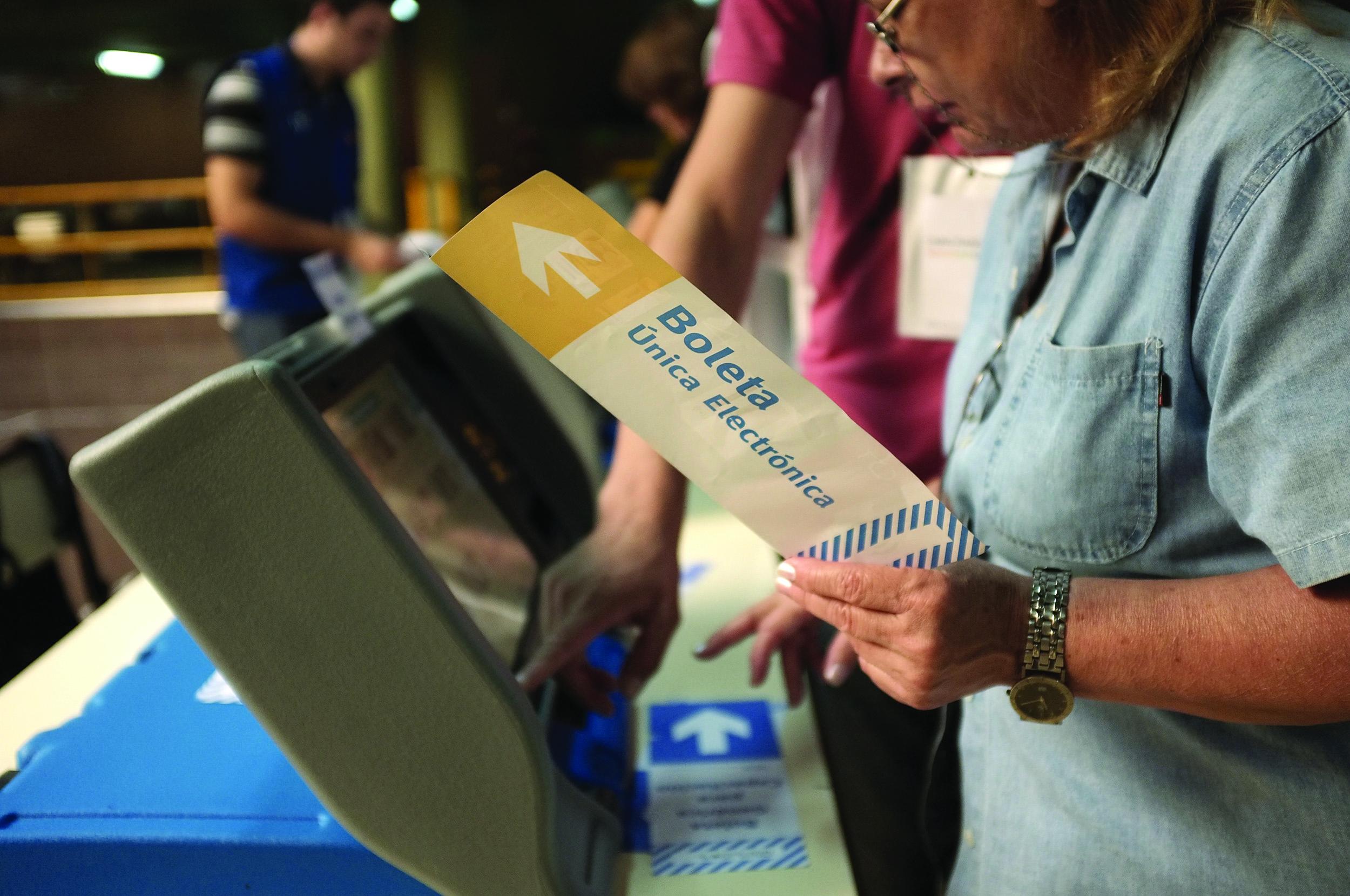 DYN716, BUENOS AIRES 26/04/2015, SE REALIZA DURANTE ESTAS ELECCIONES UN SIMULACRO DE BOLETA UNICA ELECTRONICA. FOTO: DYN/ALBERTO RAGGIO.